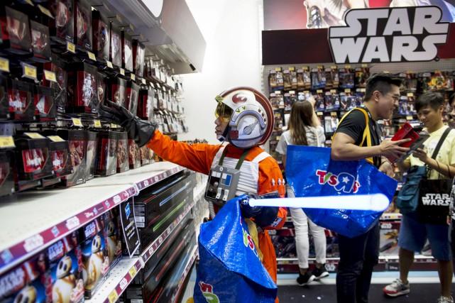 Un fan vêtu comme Luke Skywalker découvre les... (PHOTO REUTERS)