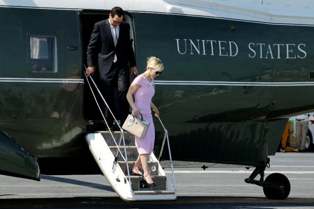 Steve Mnuchin et sa femme Louise Linton descendent... (ARCHIVES REUTERS)