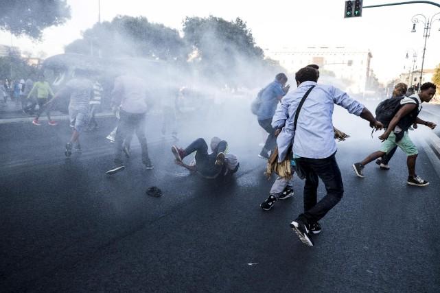 Les policiers ont utilisé des canons à eau... (AP, Angelo Carconi)