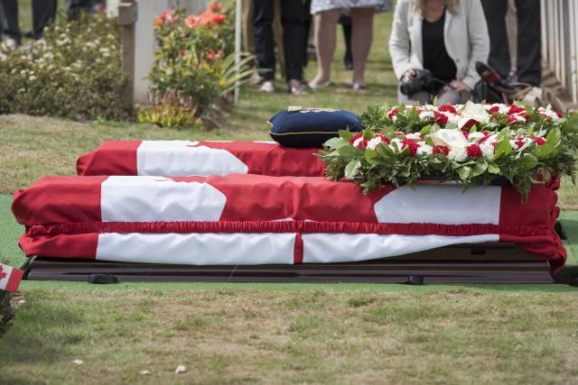 Les deux soldats canadiens ont été inhumés avec... (Photo La Presse canadienne)