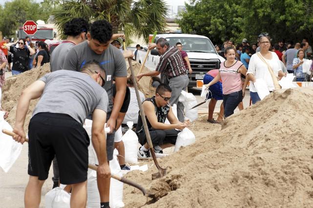 Des résidents deBrownsville, au Texas, se préparaient jeudi... (AP, Miguel Roberts/The Brownsville Herald)