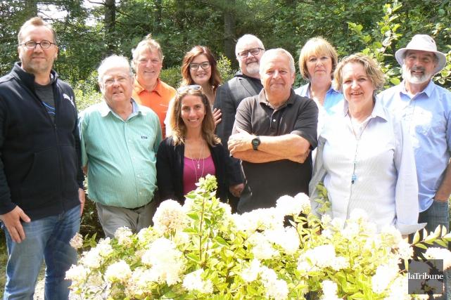 Les représentants des cinq associations de lacs s'unissent... (Photo La Tribune, Julie Lupien)