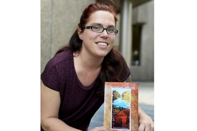 Cara Emma Michaud publie un premier livre. Son... (Photo Le Progrès, Jeannot Lévesque)
