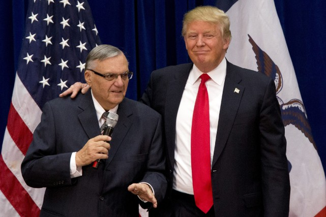 Donald Trump en compagnie de Joe Arpaio.... (Photo archives AP)