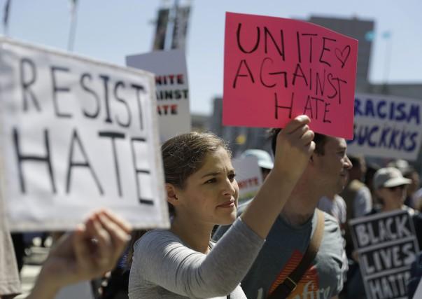 Une «Marche contre la haine» et un autre... (Photo AP)