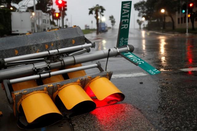 Des feux de circulation sont tombés sur la... (Photo Reuters)