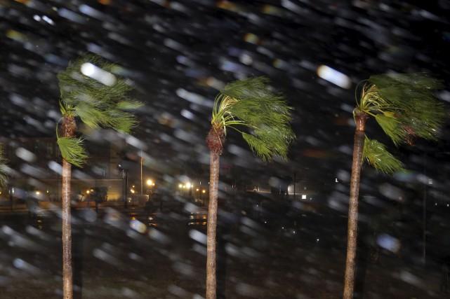L'ouragan Harvey, avec ses vents de 215 km/h,... (AP, Eric Gay)