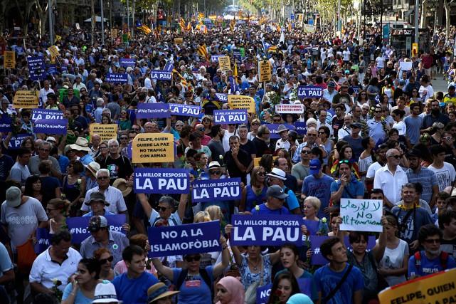 Des manifestants brandissent des banderoles où il est... (PHOTO AP, EMILIO MORENATTI)
