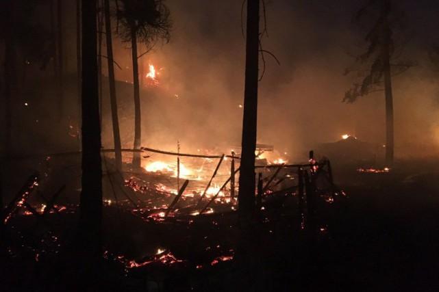 Un incendie majeur est toujours en vigueur à... (Photo La Presse canadienne)