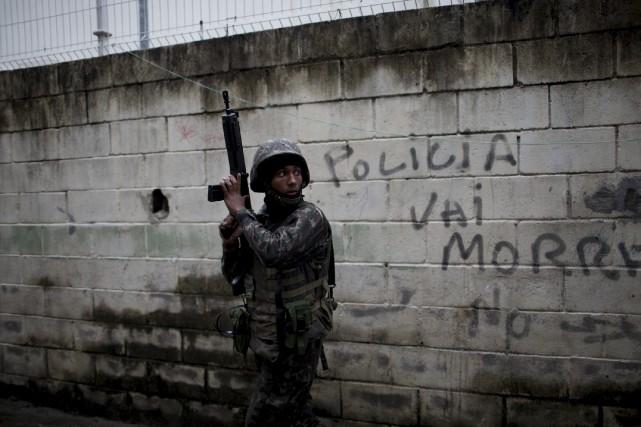 «La police mourra», indique ce graffiti sur un... (AP, Silvia Izquierdo)