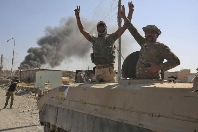 Des soldats irakiens font le traditionnel V de... (AFP, Ahmad al-Rubaye)