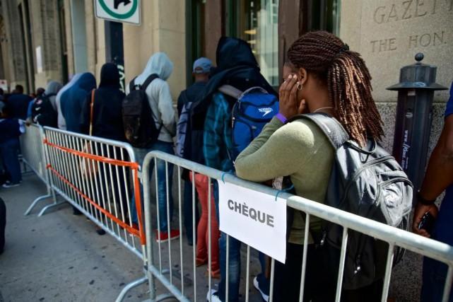 Des intervenants venant en aide aux demandeurs d'asile... (Photo André Pichette, La Presse)