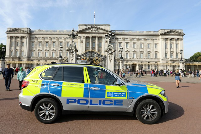 Un véhicule de police effectue une patrouille devant... (PHOTO PAUL HACKETT, REUTERS)