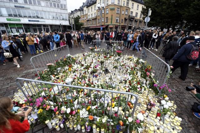 Des lampions et des fleurs ont été déposés... (PHOTO AP)