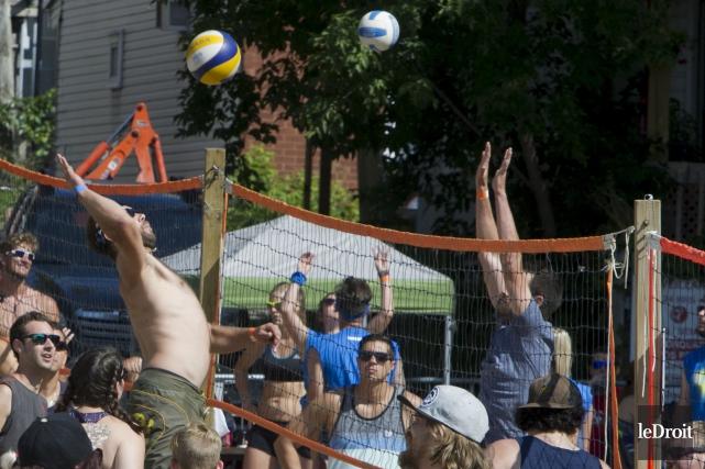 Les volleyeuses et volleyeurs ont profité d'un temps... (Martin Roy, Le Droit)