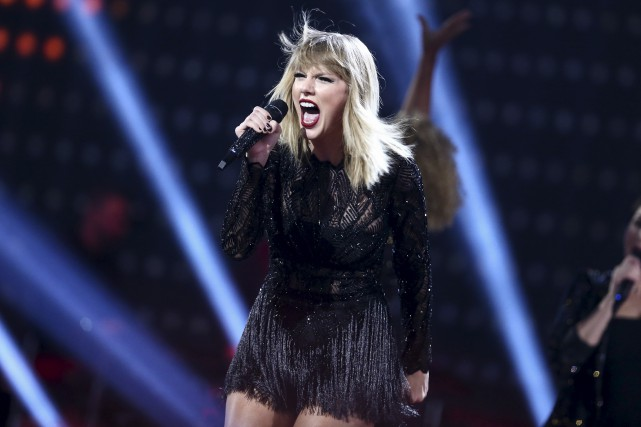 Taylor Swift se donne des airs de rebelle... (AP, John Salangsang)
