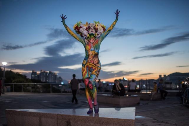 Les corps de dizaines de modèles féminins ont été transformés en toiles... (PHOTO AFP)