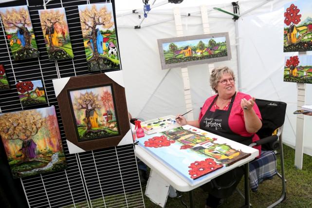 Les toiles de Diane Rossignol ont attiré plusieurs... (Julie Catudal)