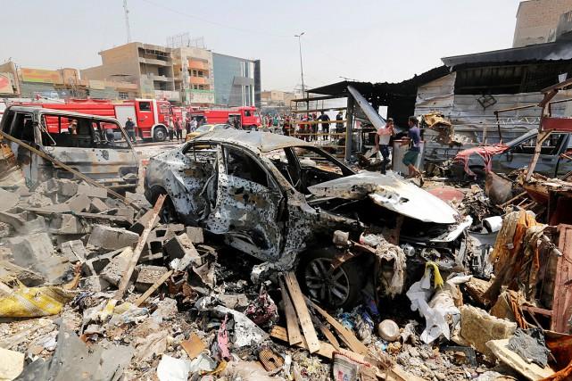 Des voitures ont été détruites lors de l'explosion... (PHOTO WISSM AL-OKILI, REUTERS)
