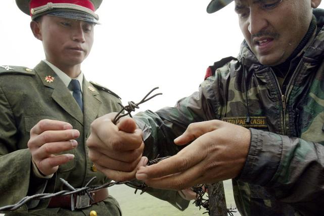 Le 5 juillet 2006, des soldats chinois et... (Photo Desha-Kalyan CHOWDHURY, AFP)