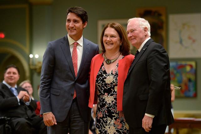 Le premier ministre Justin Trudeau, la nouvelle ministre... (PHOTO ADRIAN WYLD, LA PRESSE CANADIENNE)