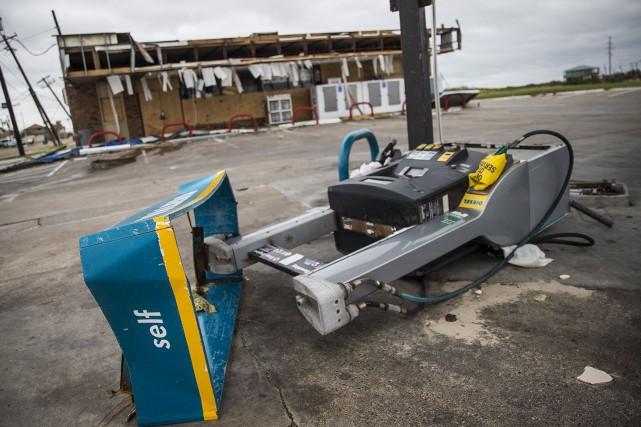 Une pompe à essence démolie à Port Aransas... (AP, Nick Wagner)