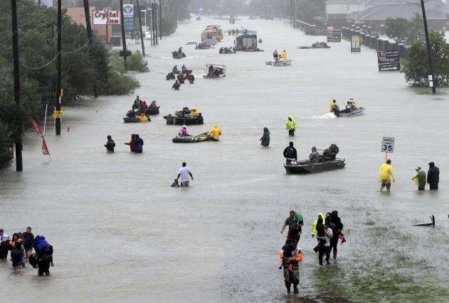 Incapables de prendre leur voiture pour évacuer, des... (AP, David J. Phillip)