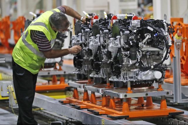 Un employé sur la chaîne d'assemblage d'une usine... (Photo : AP)