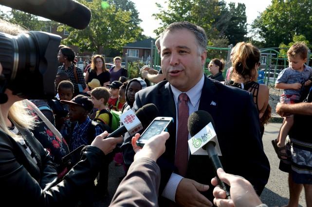 Le ministre Proulx a visité mardi l'école primaire... (Le Soleil, Erick Labbé)