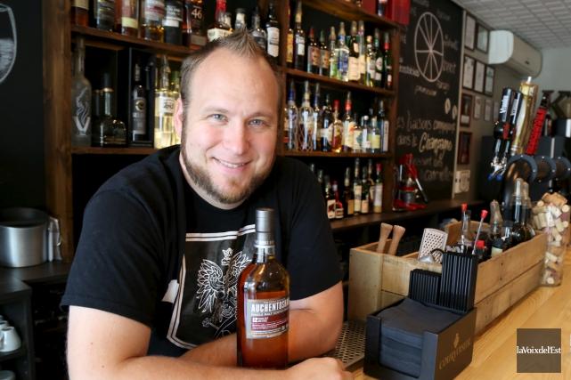 Jason Kacprzak est l'un des 12 barmen canadiens... (Janick Marois, La Voix de l'Est)
