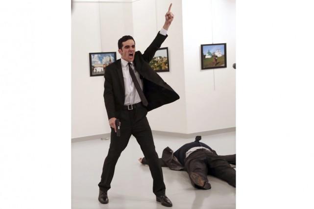 Cette photo, prise quelques secondes après l'assassinat del'ambassadeur... (Photo Burhan Ozbilici, AP)