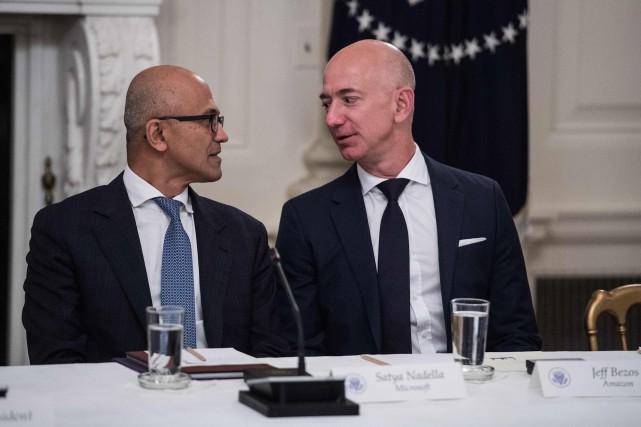 Le patron de Microsoft Satya Nadella et son... (AFP)