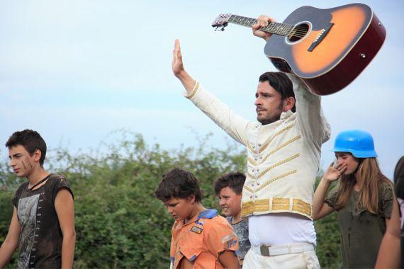 Un imitateur d'Elvis Presley est fait prisonnier par... (photo Afrim Peposhi, fournie par la production)