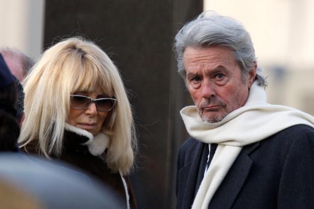 Mireille Darc et Alain Delon lors des funérailles... (PHOTO ARCHIVES REUTERS)