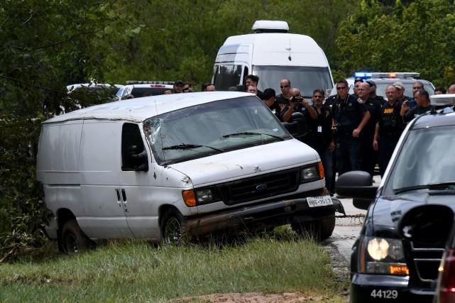 La camionnette blanche s'est retrouvée prise au piège... (Photo Mark Ralston, AFP)