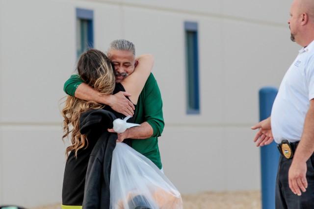 Romulo Avelica a été accueilli par ses proches... (PHOTO REUTERS)