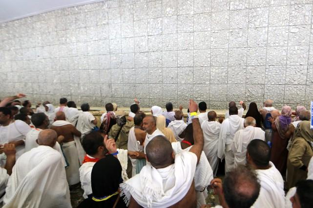 À l'aube, une foule de pèlerins s'ébranle et... (AFP)