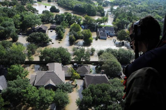 Des milliers de secouristes et de civils venus... (PHOTO US AIR NATIONL GUARD / Daniel FARRELL, AFP)