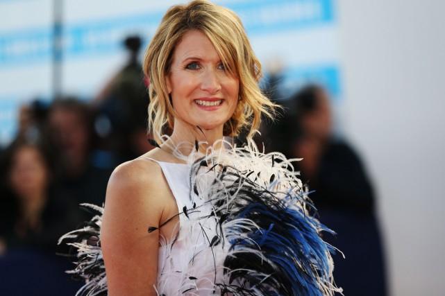 Laura Dern, vêtue d'une robe à fines plumes... (PHOTO AFP)