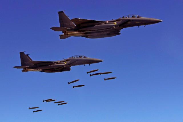 Des F-15K larguent des missiles dans le cadre... (Photo AFP)