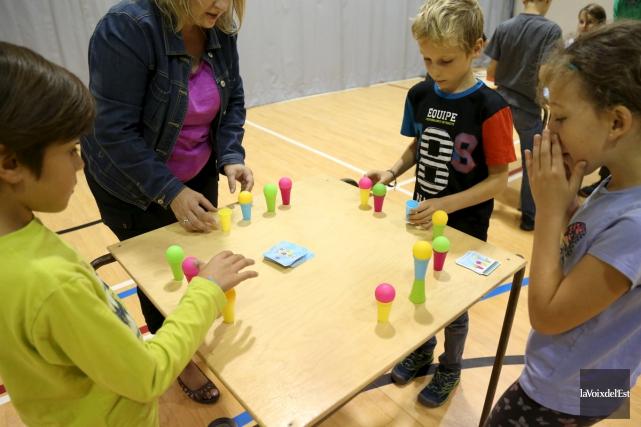 Les élèves se sont penchés sur plusieurs jeux,... (Julie Catudal, La Voix de l'Est)