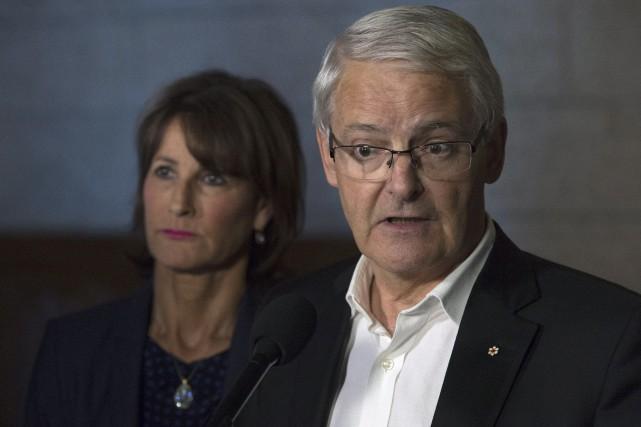 Le ministre des Travaux publics Marc Garneau a... (La Presse canadienne, Adrian Wyld)