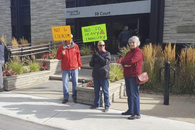 Plusieurs citoyens ont montré leur désaccord au projet... (Martin Roy, Le Droit)