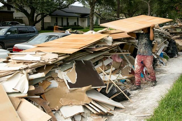 Un ouvrier participe au nettoyage d'une maison de... (PHOTO JAY JANNER, AP/AUSTIN AMERICAN-STATESMAN)