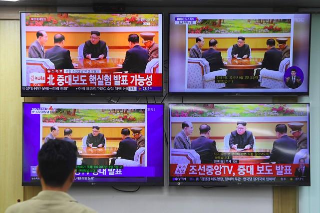 Le leader nord-coréen Kim Jong-un apparaît sur des... (PHOTO JUNG Yeon-Je, AGENCE FRANCE-PRESSE)