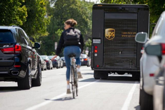 Un camion de livraison bloque la piste cyclable... (Photo David Boily, La Presse)