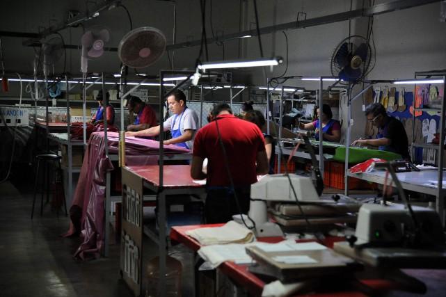 Des travailleurs dans une usine de confection de... (Photo AFP)