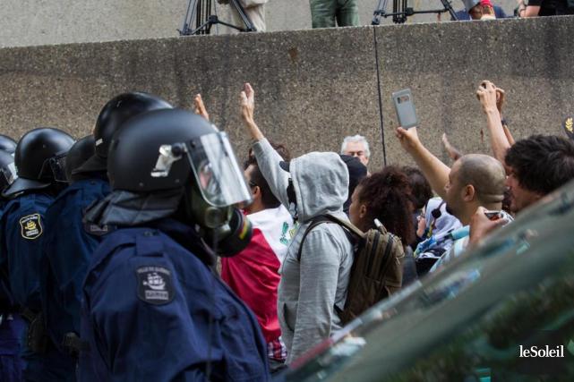 Deux groupes de manifestants se sont affrontés dans... (Photo Caroline Grégoire, archives Le Soleil)