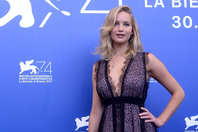 Jennifer Lawrence, en décolleté plongeant,est arrivée mardi à... (Photo AFP)
