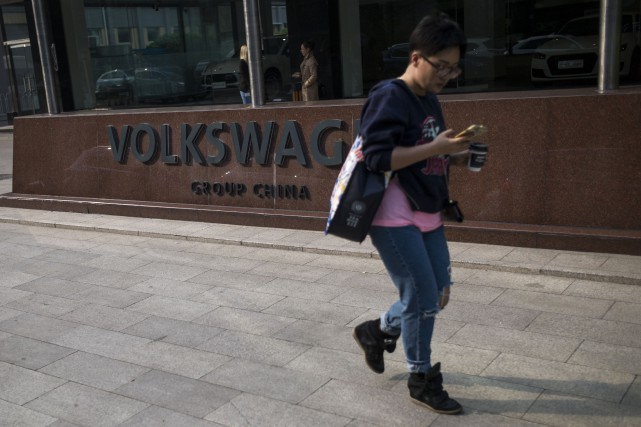 Une femme passe devang le siège social de... (Photo : AFP)